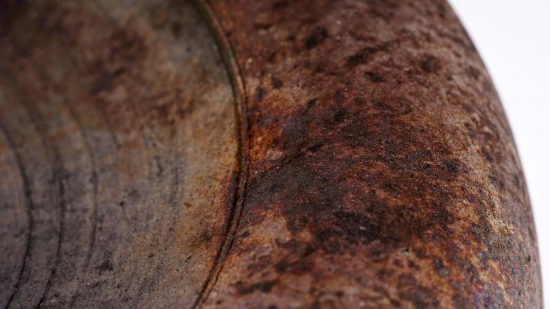 Rakugefäß mit  ausgewogener weiblicher Form, samtige Oberfläche,rostähnlicher Charakter